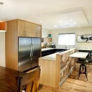 Дизайн кухни с холодильником, встроенным в мебель