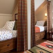 Две кровати с занавесками