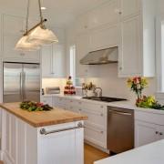 Встроенный в мебель холодильник у двери экономит место