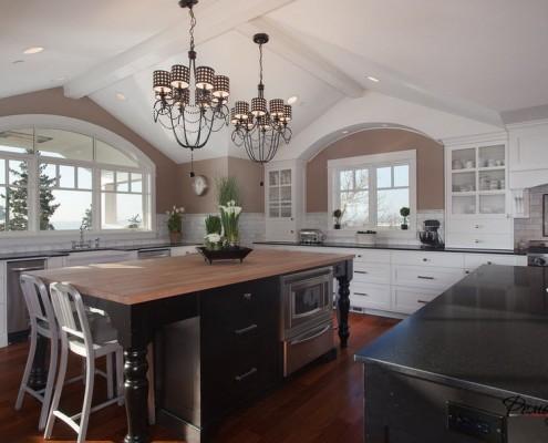 Кухня с двумя окнами и необычными светильниками