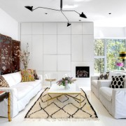 Белые диваны в комнате