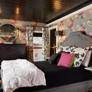 Черный потолок прекрасен в сочетании с серым и розовым цветом в интерьере спальни