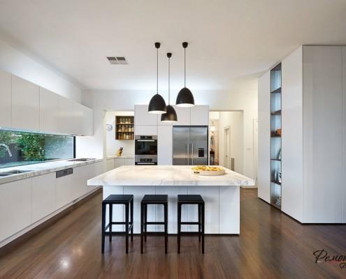 Черные светильники на кухне
