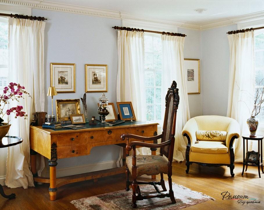 Рабочий стол между двумя окнами