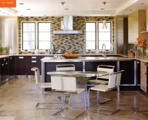 Плитка и вытяжка между окнами кухни