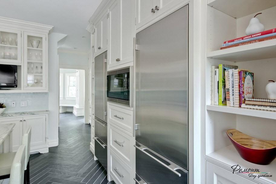 Холодильник из нержавейки нужно поддержать другим предметом техники из этого же материала