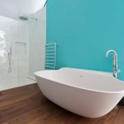 Белый и насыщенный голубой - яркий интерьер ванной комнаты