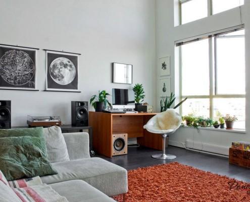 Стол для компьютера в углу комнаты