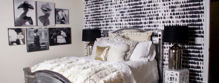 Черный потолок отлично сочетается с черно-белым ухзором на стенах