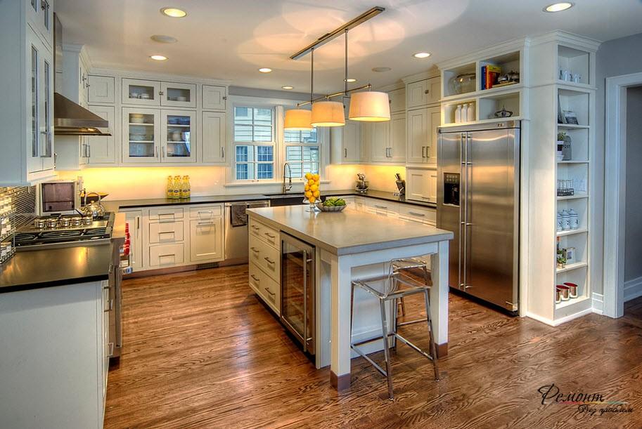 Очень эффектный и стильный интерьер кухни с холодильником из нержавейки