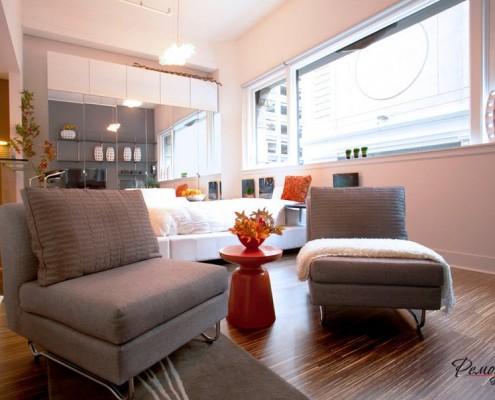 Оранжевый столик между креслами