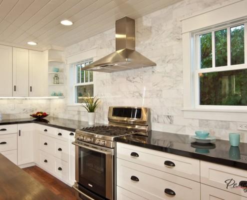 Два окна на длинной стене кухни