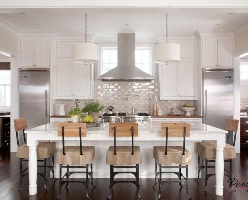 Белые светильники на кухне