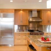 Красивый интерьер кухни с холодильником, встроенным в гарнитур