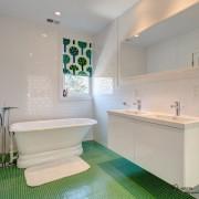 Еще один вариант белого с зеленым для создания яркого интерьера ванной комнаты
