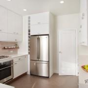 В маленькой кухне целесообразнее расположить холодильник у двери