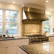 Плита между окнами кухни