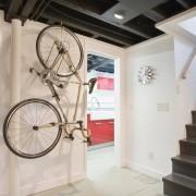 Черный потолок и белые стены - эффектное сочетание для прихожей