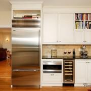 Холодильник у двери - идеальное решение для маленькой кухни