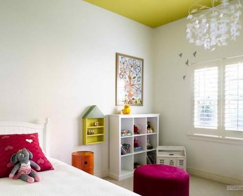 Белые стены и цветной потолок в детской