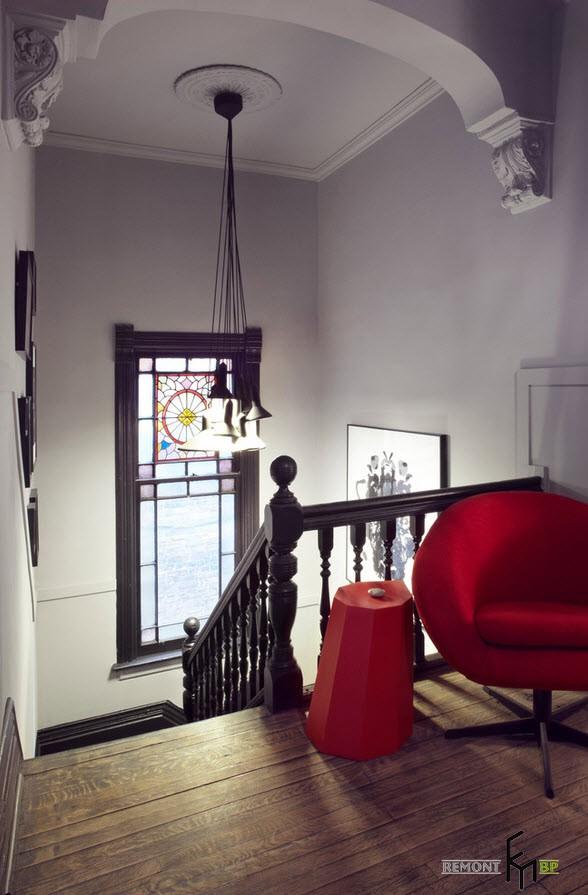 Колоритная композиция на лестнице
