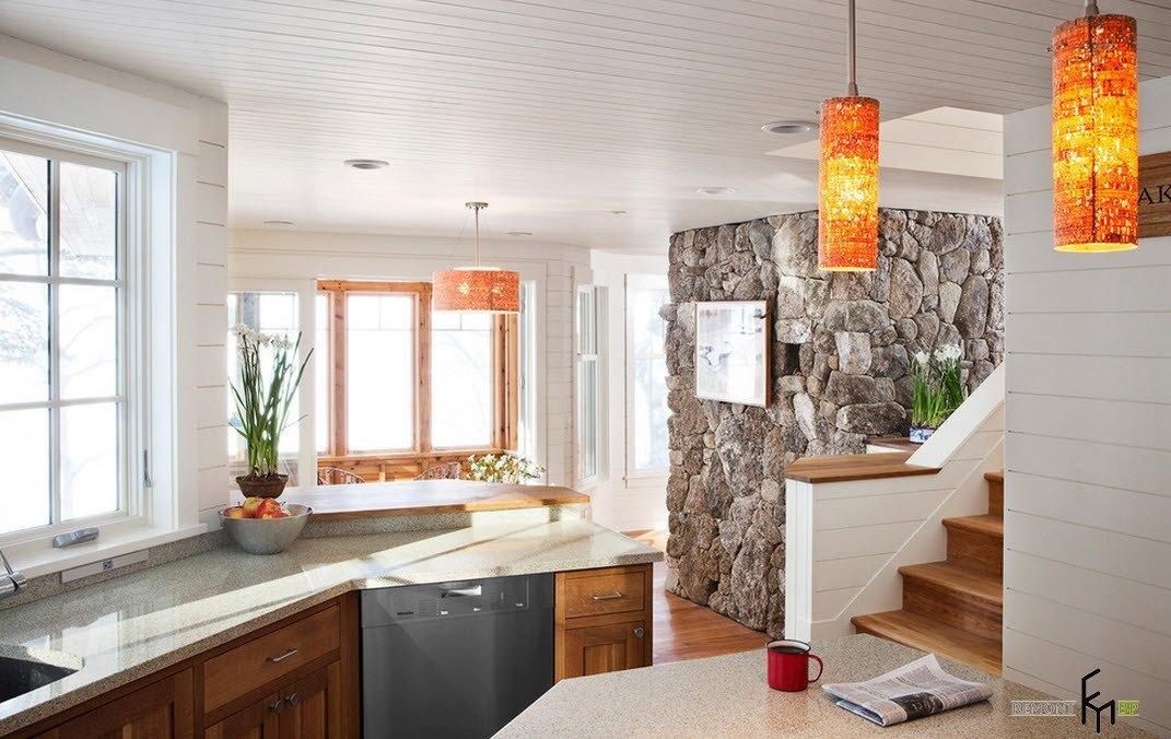 Каменная стена близ небольшой кухни