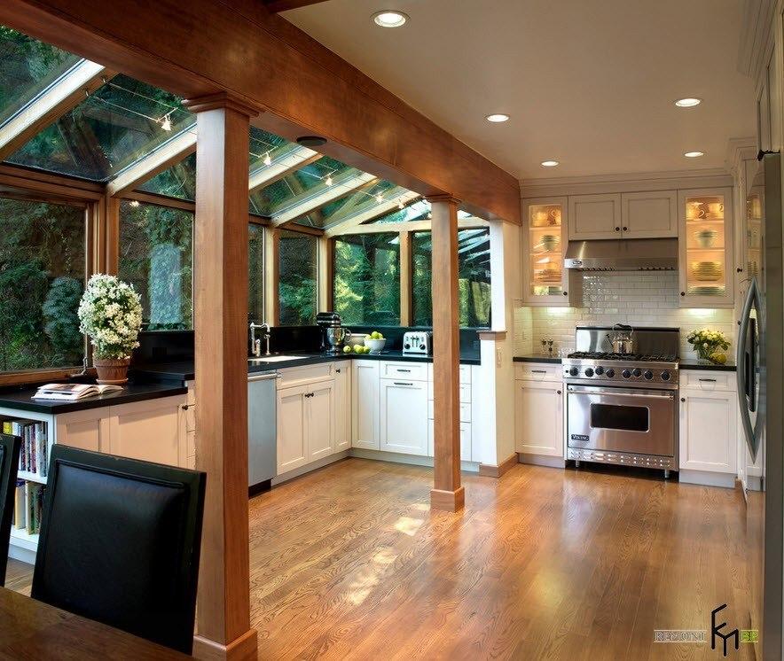 Просторная кухня в помещении веранды