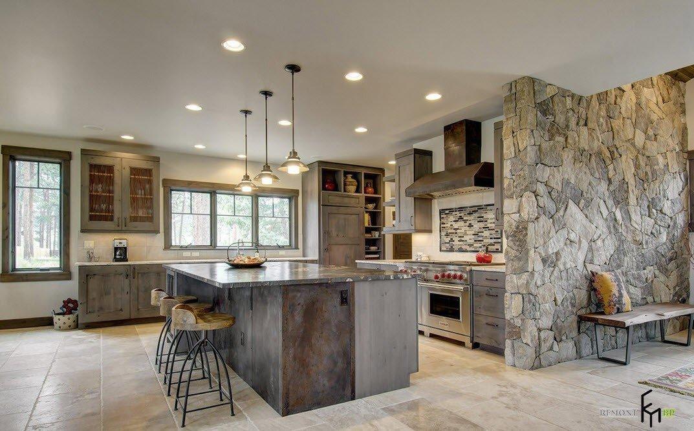 Каменная стена возле кухни