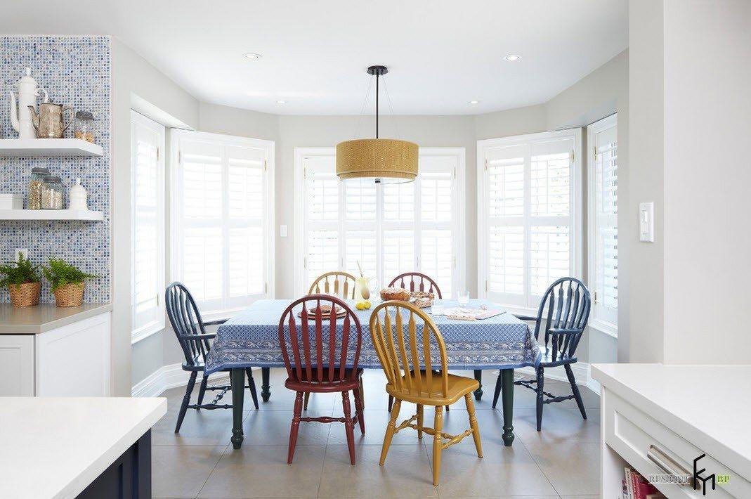 Разноцветные стулья из дерева