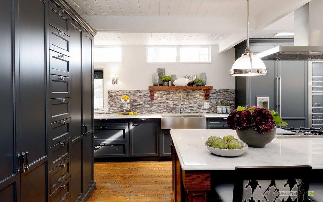 Контрастный интерьер просторной кухни