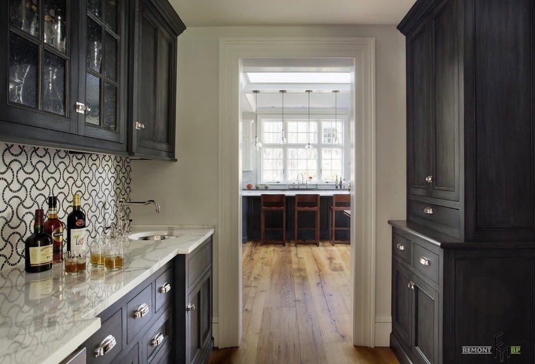 Маленькая кухня с черными шкафами