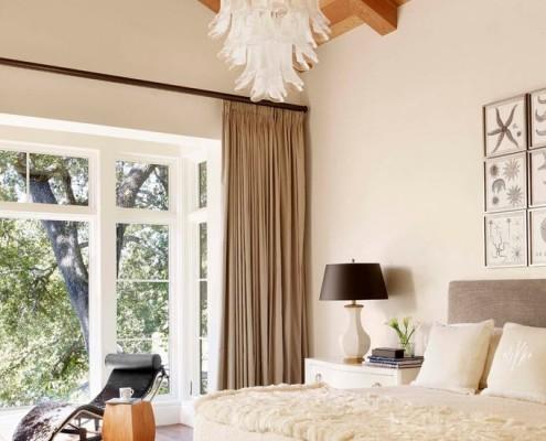 Хорошо освещенная спальня