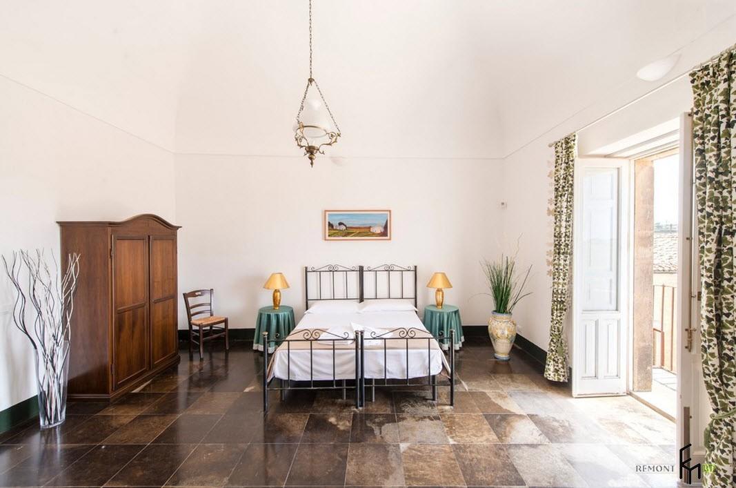 Просторная спальня <i>квартир</i> в доме