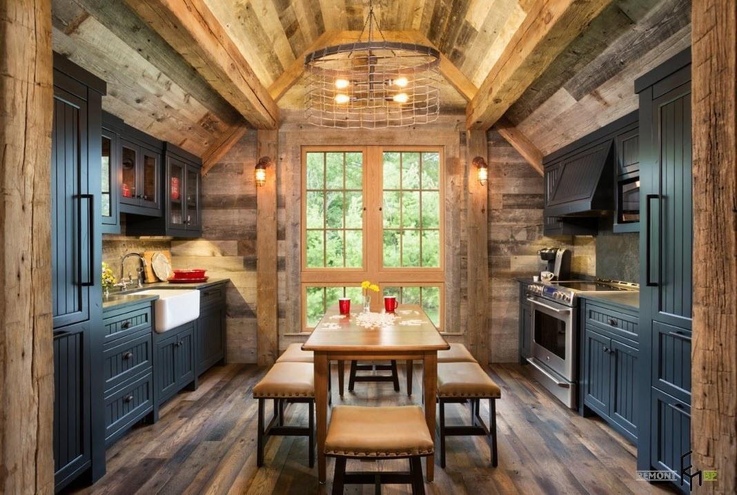 Под сводами деревянного потолка