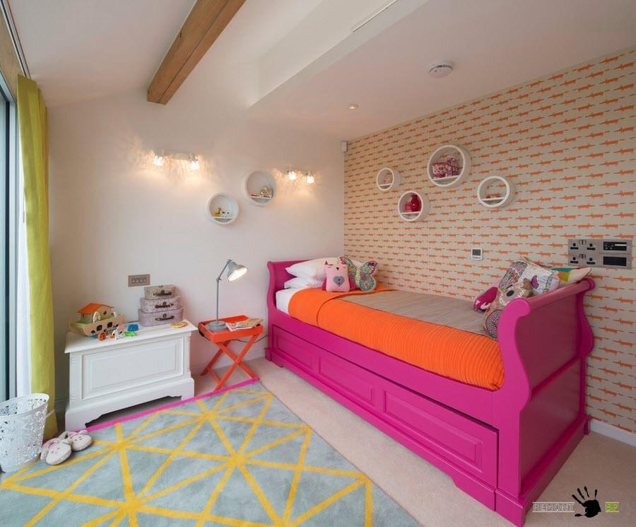 Ярко-малиновая кровать