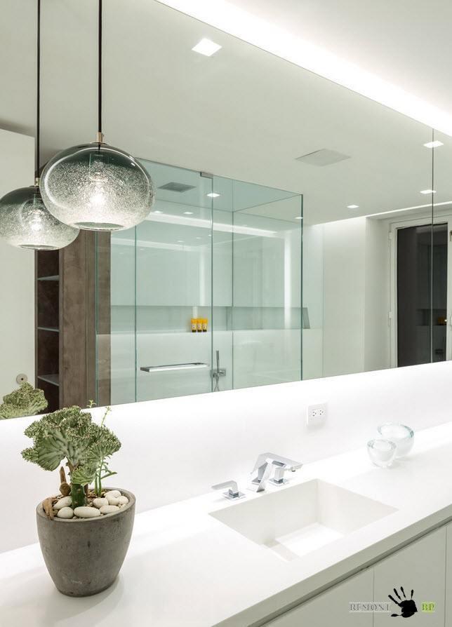 Крупное зеркало в ванной