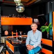 Бари Алибасов на своей кухне