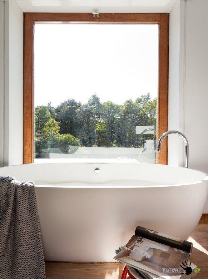 Ванна возле окна
