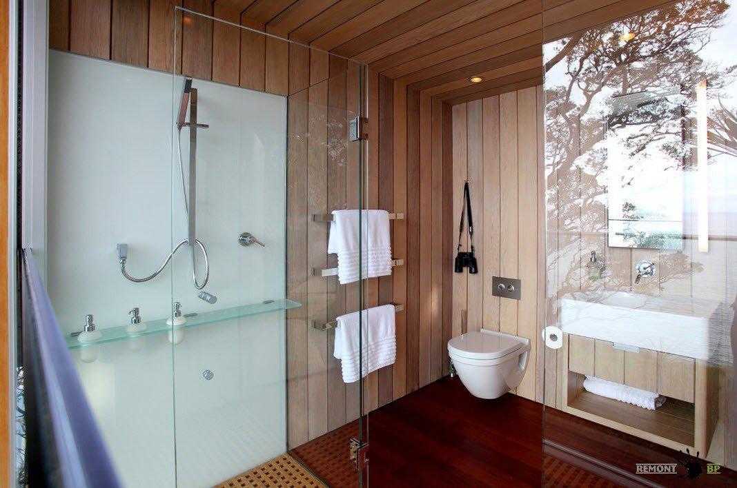 Сантехника в ванной комнате со стеклянными перегородками