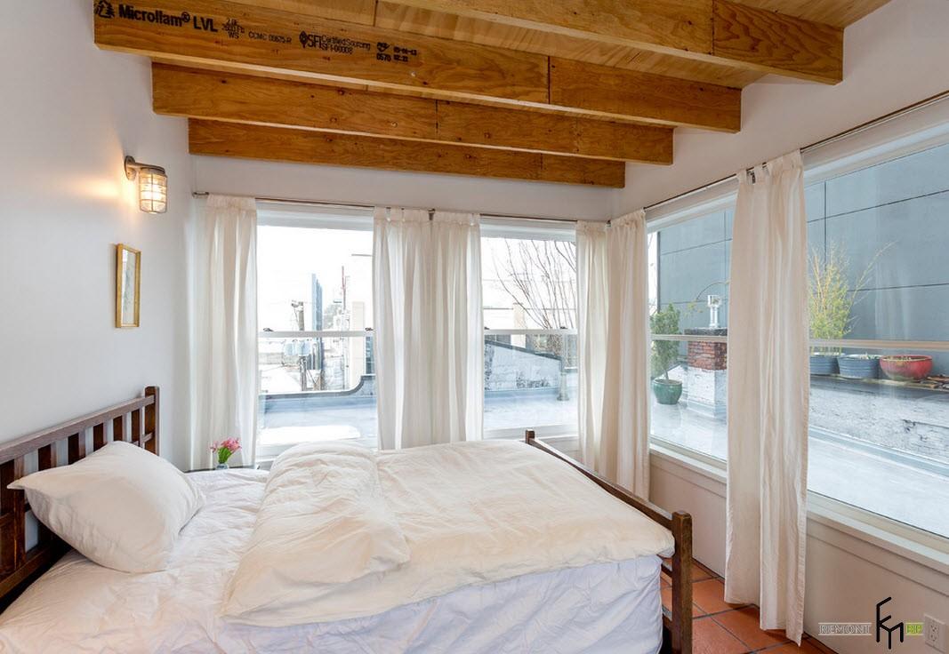 Декоративные балки в спальне