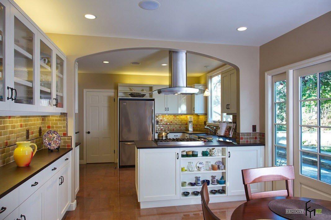Между кухней и столовой