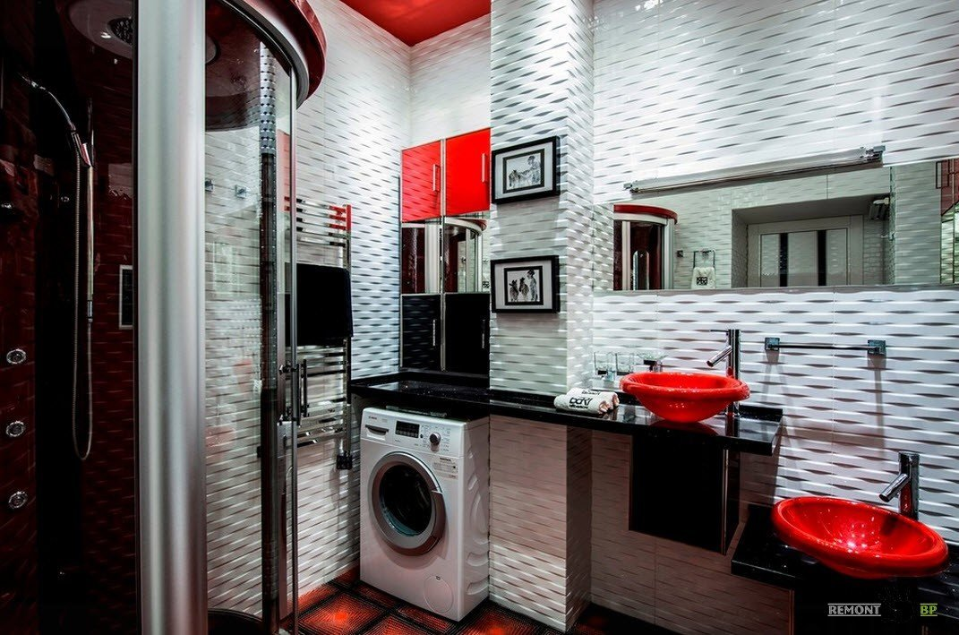Душевая кабина в яркой ванной комнате