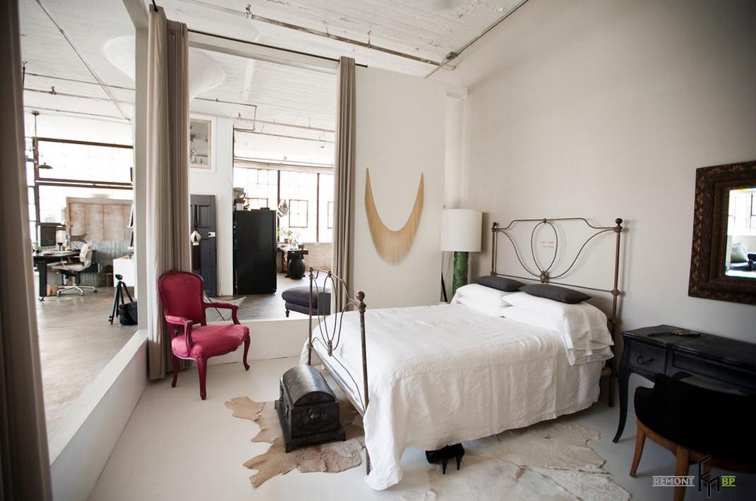 Зонирование с помощью занавески в спальне