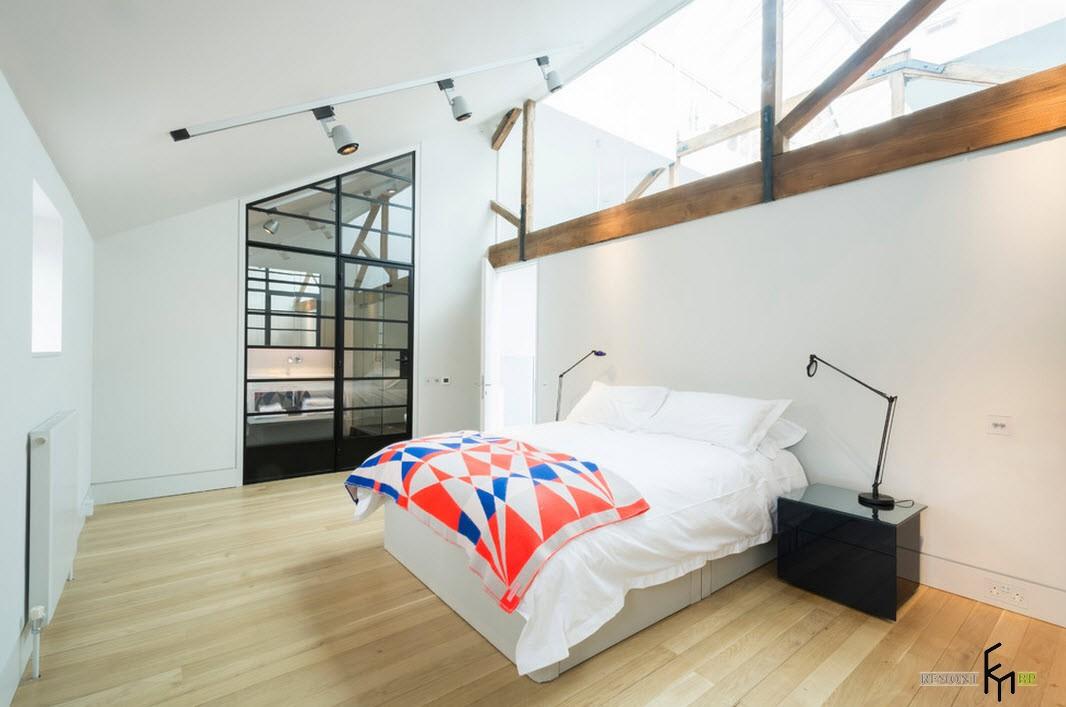 Наклонный потолок в спальне