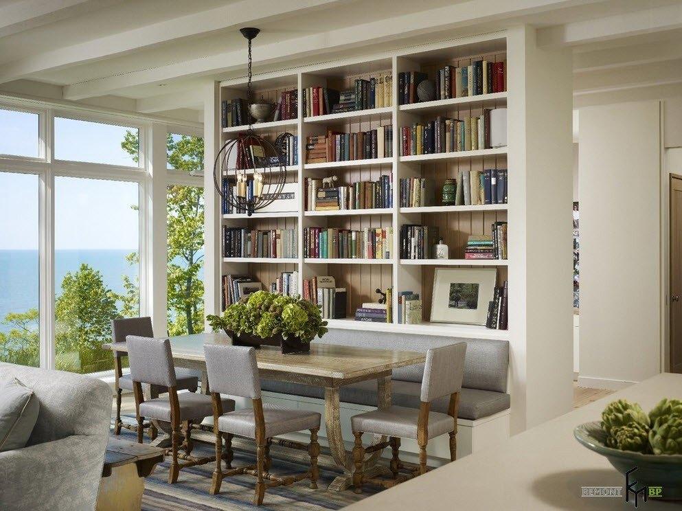 Столовая возле книжного стеллажа