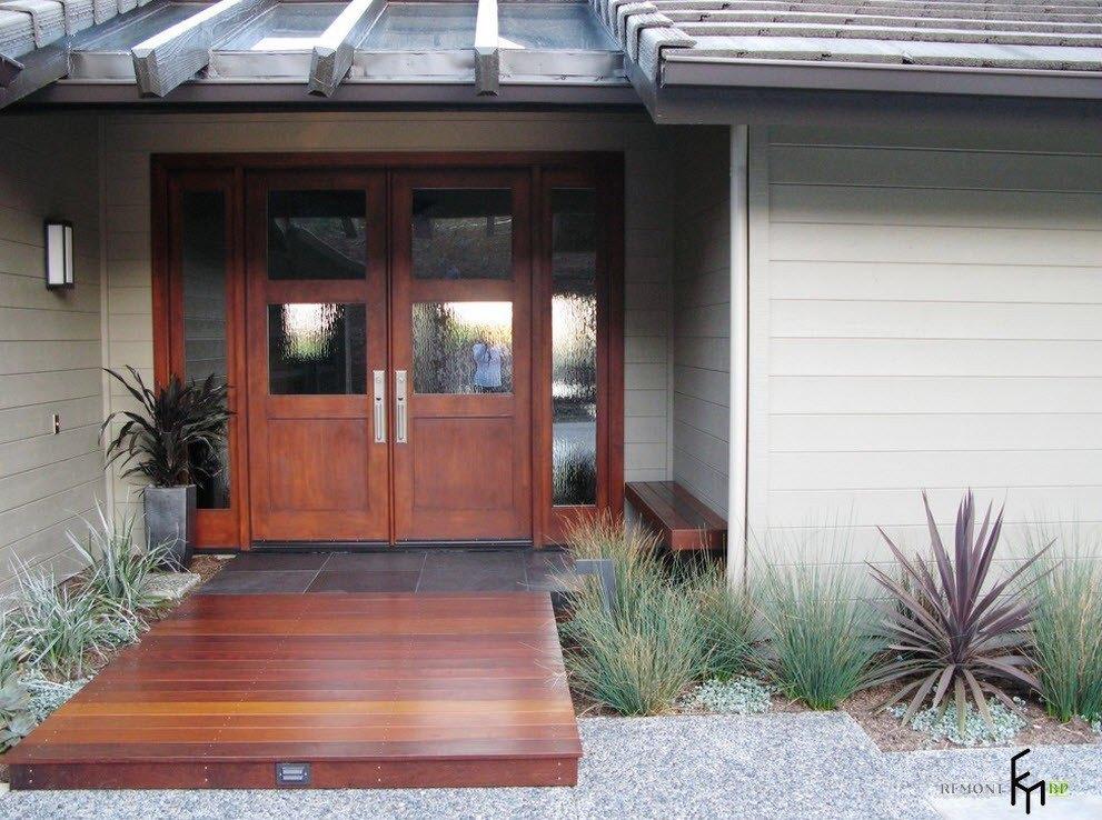 Деревянный подход к двери