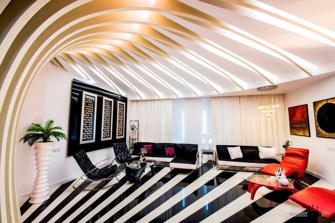Черно-белые полосы на полу гостиной