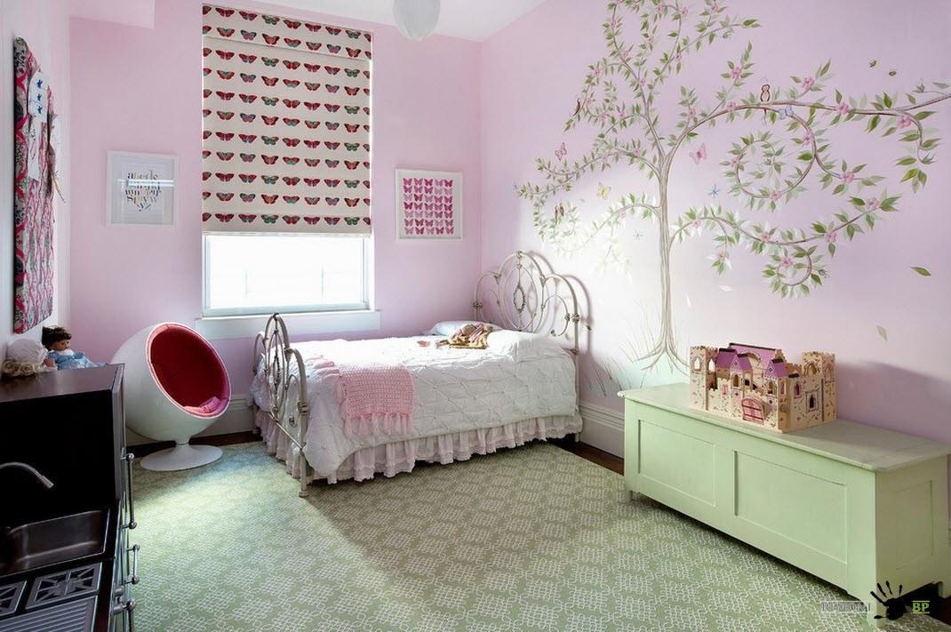 Металлическая кровать с декором