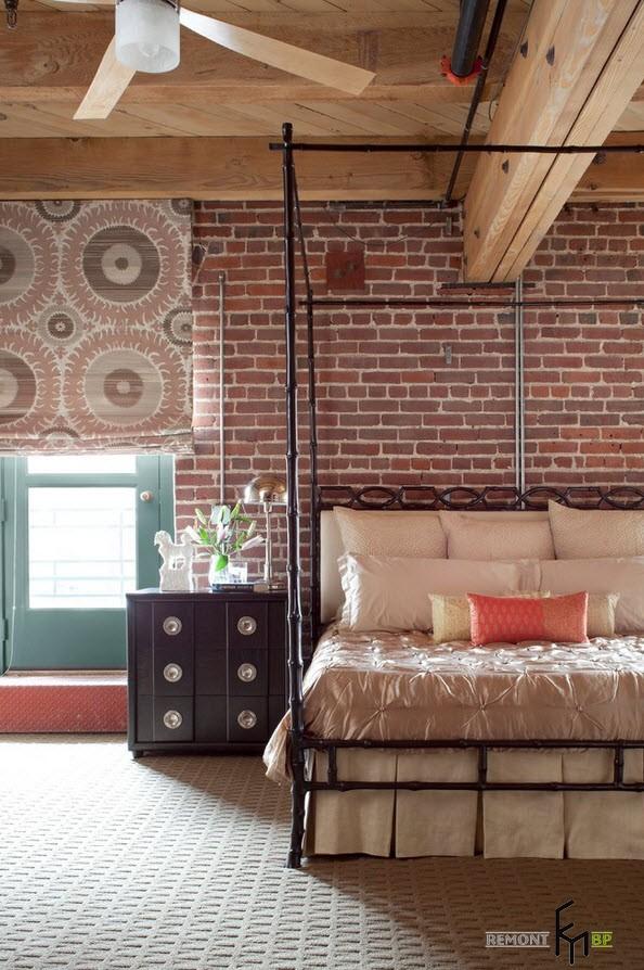 Кирпичная кладка на стене в спальне