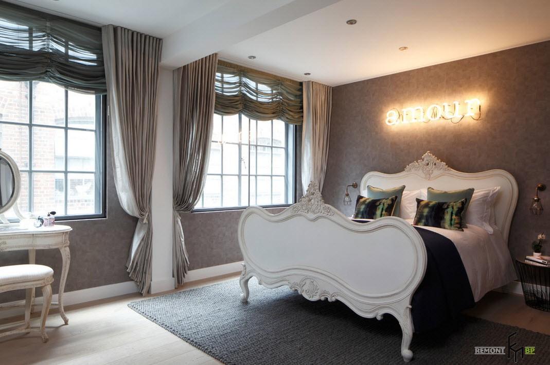 Изящная кровать в спальне в стиле лофт